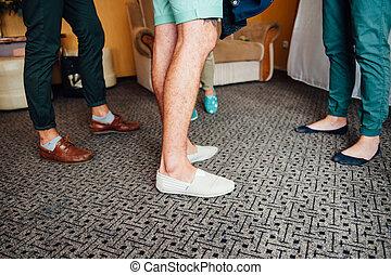 Jungs stehen im Zimmer auf dem Teppich.