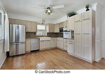 Küche mit braunem Schrank.