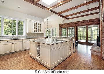 Küche mit Deckenholzbalken.