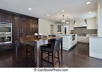 Küche mit dunklem Holzschrank