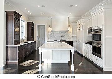 Küche mit dunklem und hellem Schrank