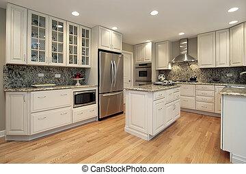 Küche mit hellfarbenem Schrank