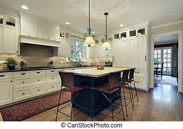 Küche mit Holzinsel.