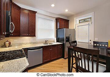 Küche mit Kirschholzschrank