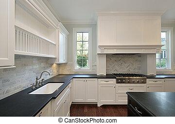 Küche mit schwarzen Gegenstoppeln