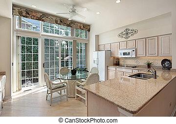 Küche mit Türen zur Terrasse