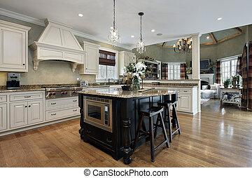 Küche mit weißem Schrank.
