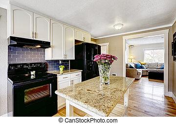 Kücheninsel mit Granittop und Blumen