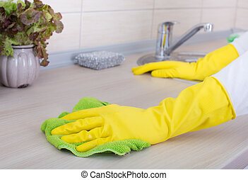 Küchentisch putzen.