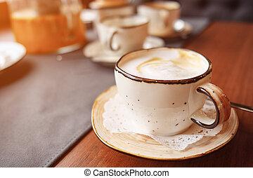 Kaffee auf dem Tisch, Latte-Kunst.