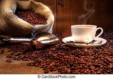 Kaffeebecher mit Rülpsersack voller gerösteter Bohnen