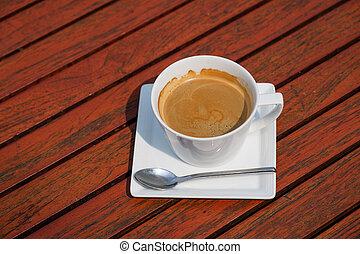 Kaffeetasse auf dem Tisch.