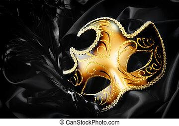 Karnevalsmaske auf schwarzem Seidenhintergrund