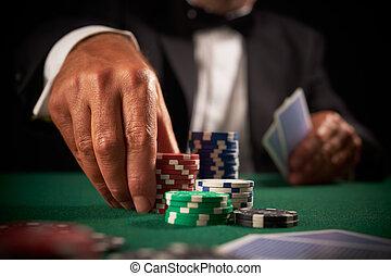 Kartenspieler spielt Casino-Chips