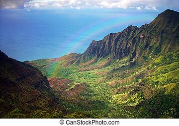 Kauai Küstenlinie, eine Luftaufnahme mit Regenbogen