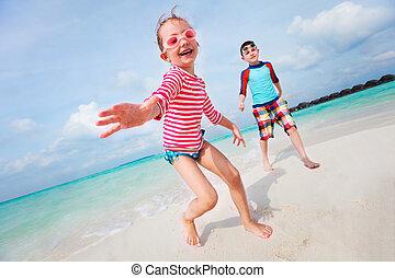 Kinder haben Spaß am Strand.