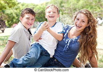 Kinder haben Spaß mit Mama.