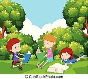 Kinder lesen ein Buch unter Baum.