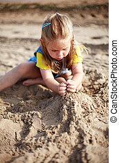 Kinder spielen am Strand.