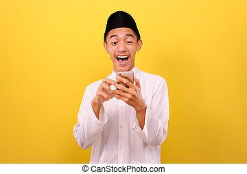 kleidung, moslem, glücklich, mann, junger, moslim, asiatisch, beweglich, aufgeregt, tragen, schirm, blick, telefon, besitz