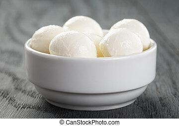 Kleine Eier Mozzarella in Schale.