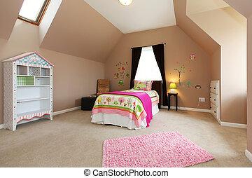 Kleine Kinderzimmer mit rosa Bett und braunen Wänden.
