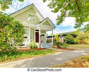 Kleines, süßes handwerkliches amerikanisches Haus, grün und weiß.