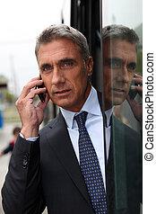 Kluger Mann mit einem Handy
