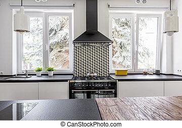 Koch und Eva in der modernen Küche.