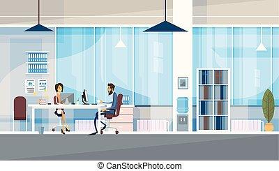 Kreative Büro-Ko-Arbeitszentrum Mitarbeiter sitzen Schreibtisch zusammen.