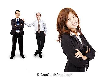 Lächelnde und selbstbewusste asiatische Geschäftsfrau und erfolgreiches Geschäftsteam