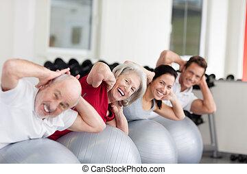 Lächelte ältere Frauen in einer Gruppe aus