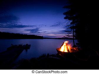 Lagerfeuer auf dem See
