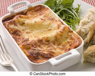 Lasgane mit Salatblättern und italienischem Brot