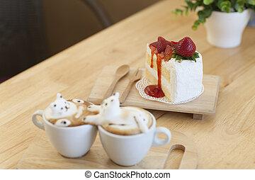 Latte-Kaffee-Topping aus Milchschaum Top auf der Tasse heißen Kaffee und Erdbeerkuchen.