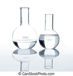 Leere Laborflasken mit einer klaren Flüssigkeit.