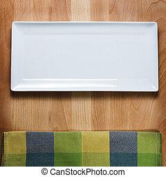 Leere weiße Platte auf Holztisch