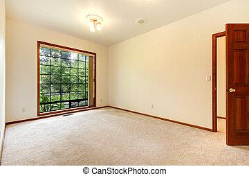 Leeres weißes Zimmer mit Holztür und beigem Teppich.