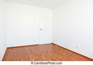 Leeres Zimmer mit weißer Tür.