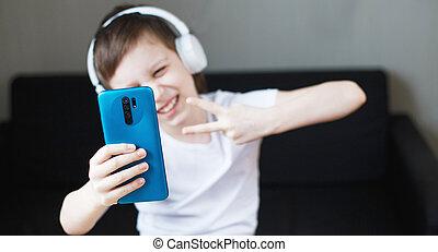 leute, haben, junge, home., video, kind, smartphone, kinder, concept., technologie, kopfhörer, beweglich, rufen