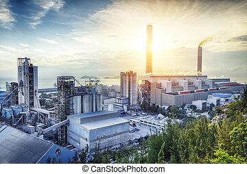 Licht der petrochemischen Industrie bei Sonnenuntergang.