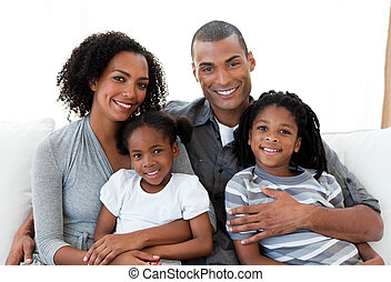 Liebe Familie, die zusammen auf dem Sofa sitzt