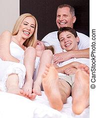 Liebe Familie von vier, die Spaß haben und dich ansehen.