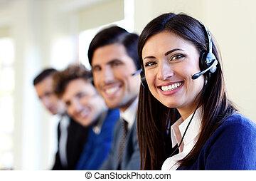 Lustige junge Geschäftsleute und Kollegen in einem Callcenter.