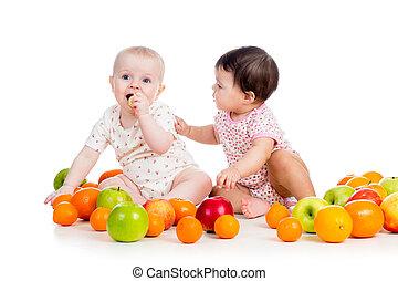 Lustige Kinder essen gesunde Lebensmittelfruchten, isoliert im weißen Hintergrund