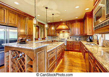 Luxurige Holzküche mit Granit-Anschluss.