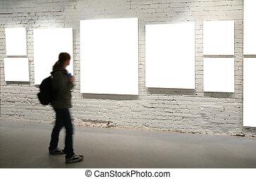 Mädchen gehen durch Rahmen an einer Mauer.