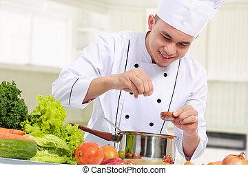Männlicher Koch beim Kochen.
