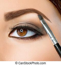Make-up. Augenbrauen-Makeup. Braune Augen