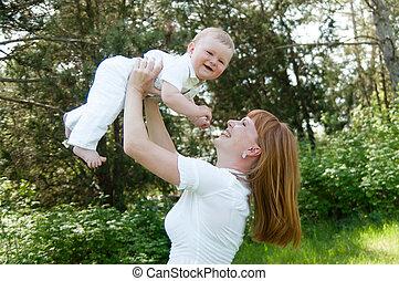 Mama spielt mit Baby.